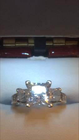 Anillo de compromiso de diamante de talla princesa