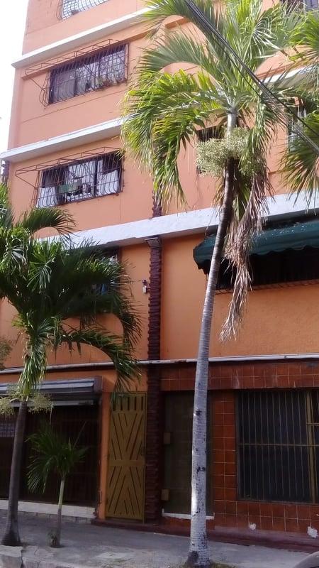 Alquilo estudio en gazcue, prox. av bolivar e independencia