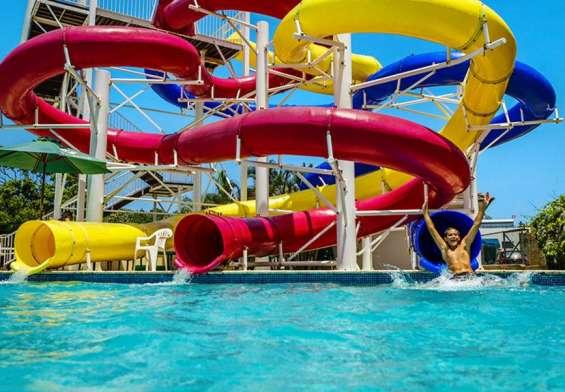 Áreas públicas: parque acuático para niños y adultos.