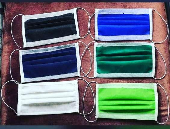 Mascarillas de tela y desechables a la venta.