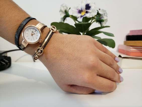Reloj elegante dorado para mujer