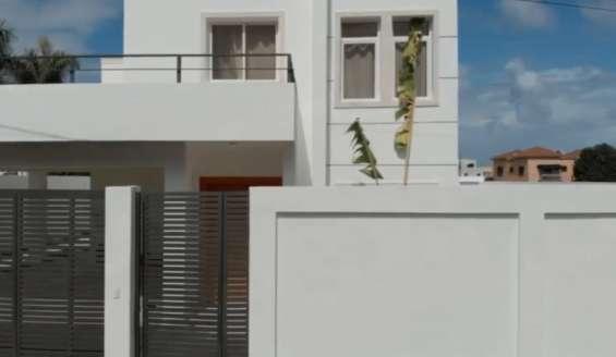 Hermosa casa moderna de 3 habitaciones con piscina